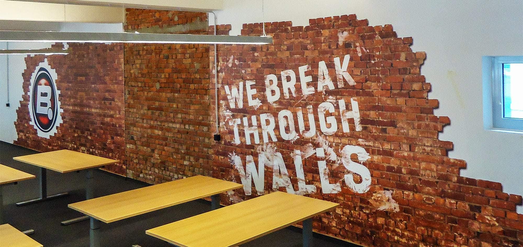 Fototapete als Mauerwand in Hamburg im UV Direktdruck gedruckt und danach mit Abbruch in Form geschnitten.