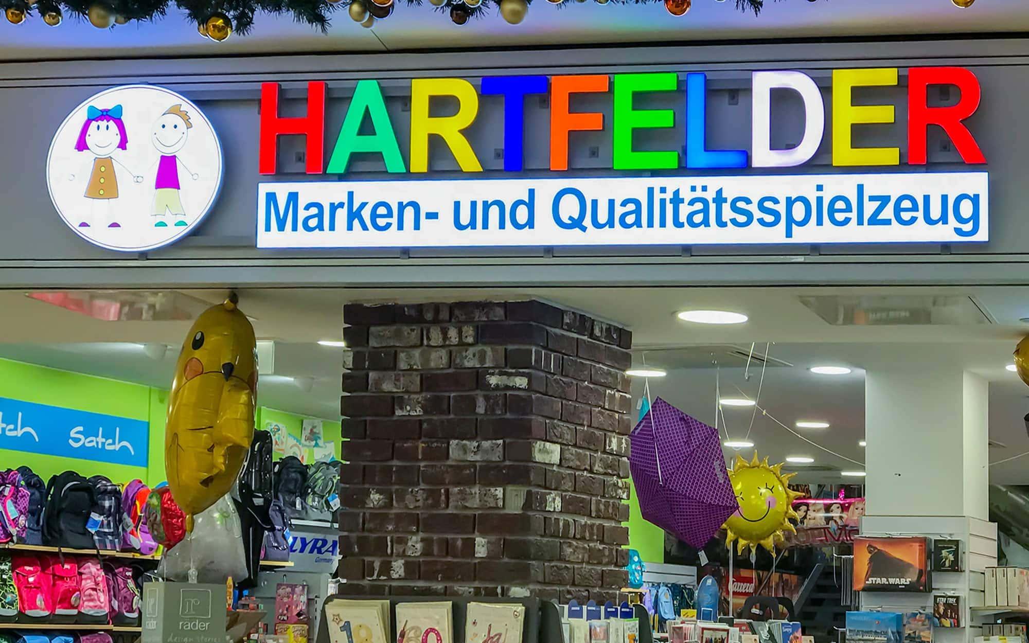 Einzelbuchstaben aus Vollplexi LED gefertigt. Jeder Buchstabe mit einer anderen Leuchtfarbe. Außenwerbung für das Unternehmen Hartfelder.