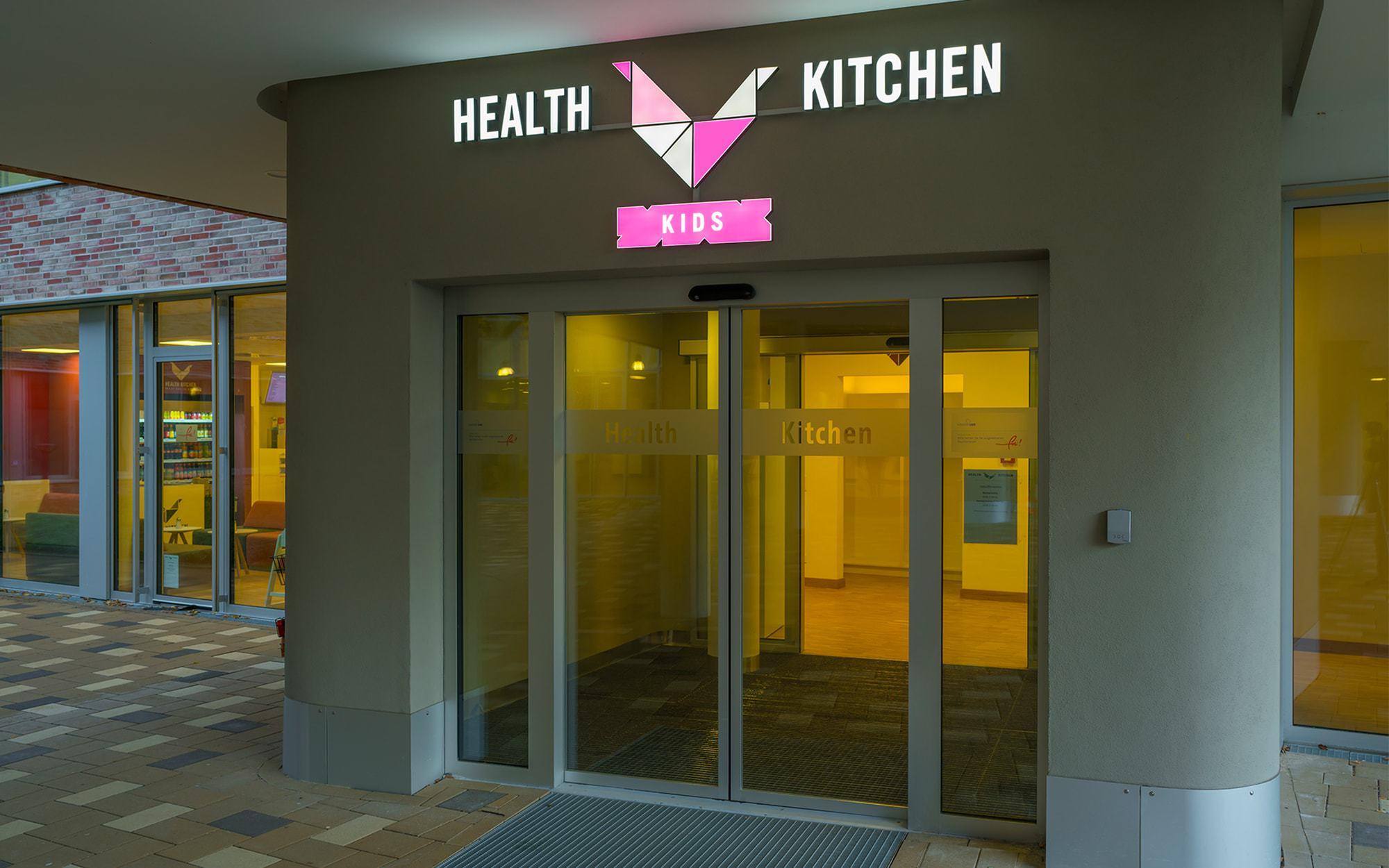 Einzelbuchstaben aus Plexiglas mit eingegossenen LED. Montage für das Kinderkrankenhaus im UKE Hamburg