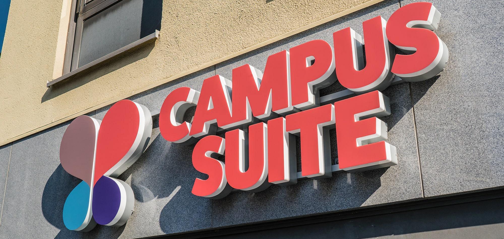LED Plexiglasbuchstaben in Profil 9c gefertigt, montiert auf eine Kabelleiste für ein Hamburger Coffeeshop