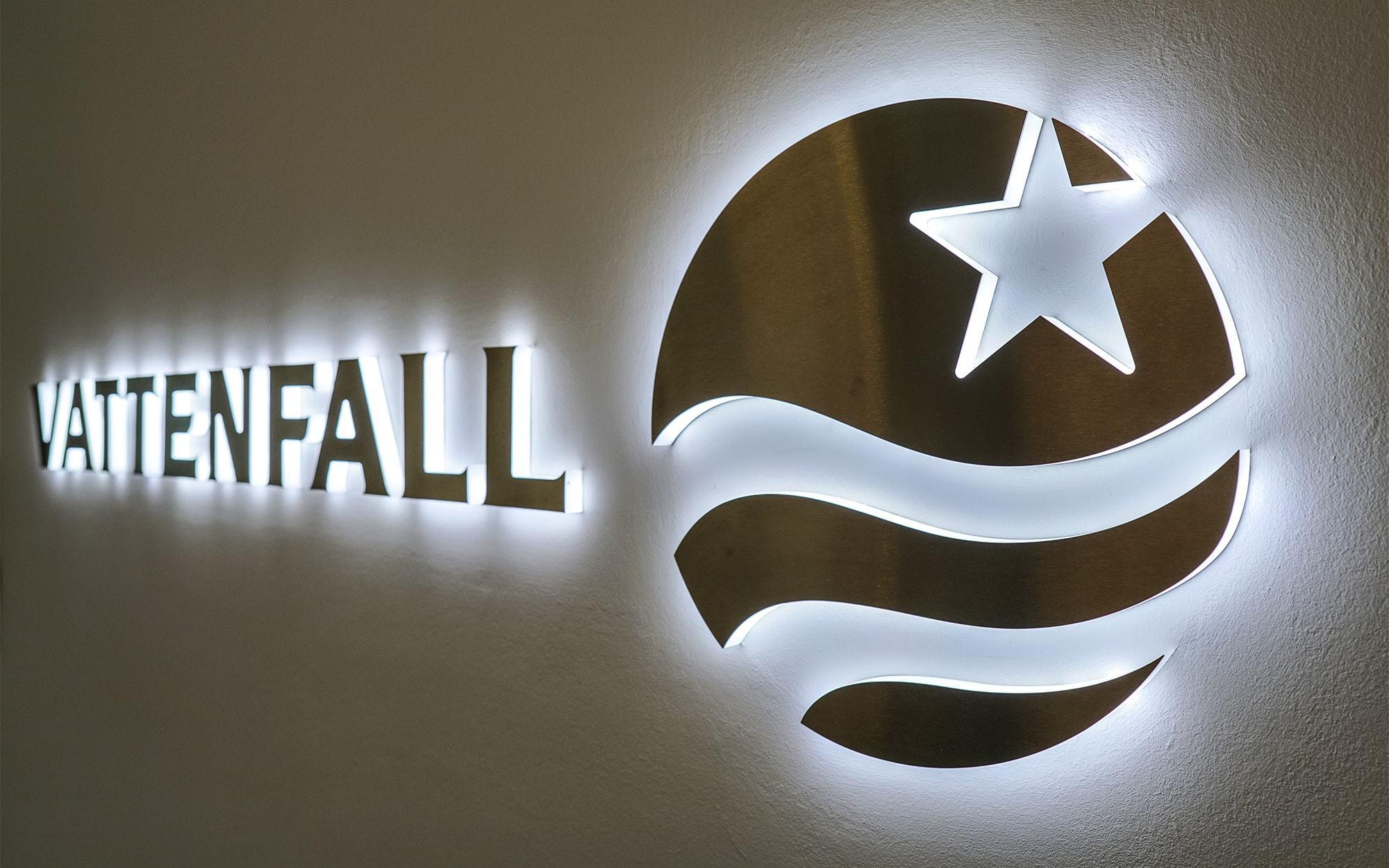 Vollplexi Buchstaben mit einer Front aus aufgeklebtem Edelstahl. Die Buchstaben liegen plan auf der Wand und haben einen seitlichen Lichtaustritt