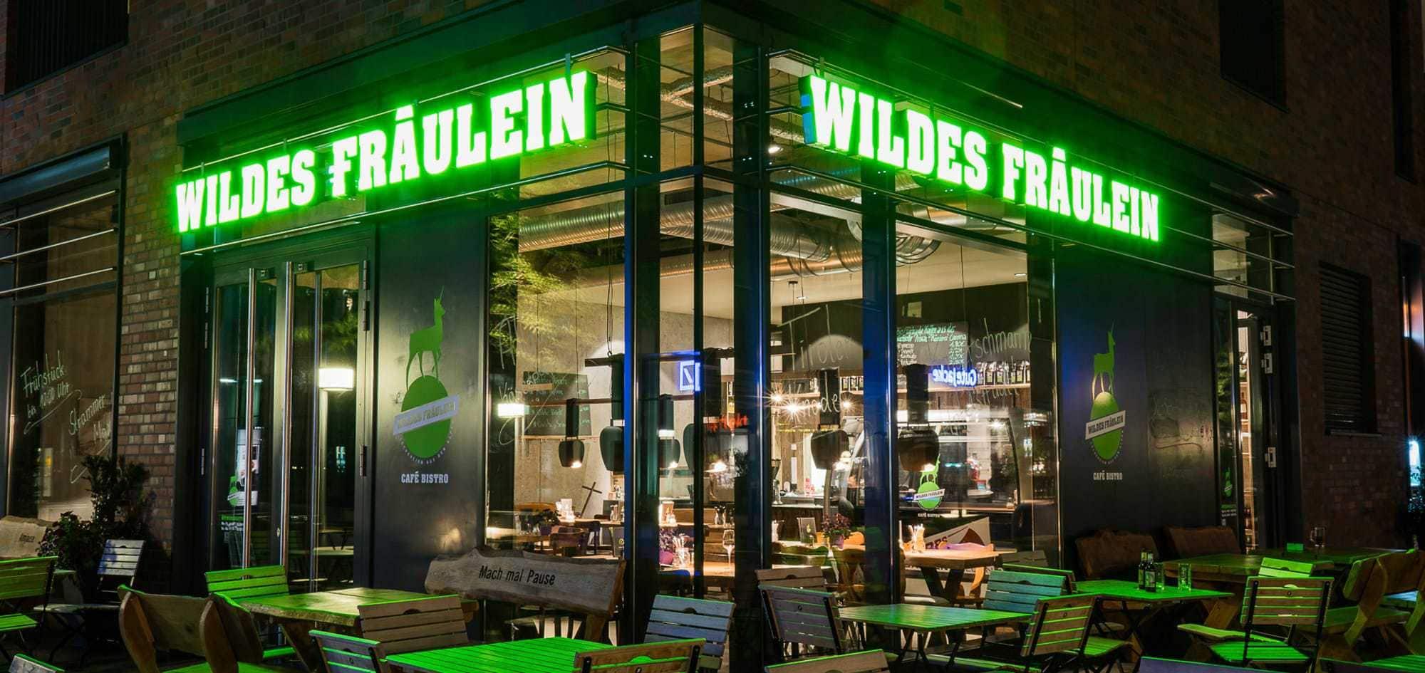 Das Foto zeigt eine Werbeanlage Wildes Fräulein in der Hafencity Hamburg mit einzelnen Buchstaben gefertigt aus Plexiglas mit einer LED Ausleuchtung.