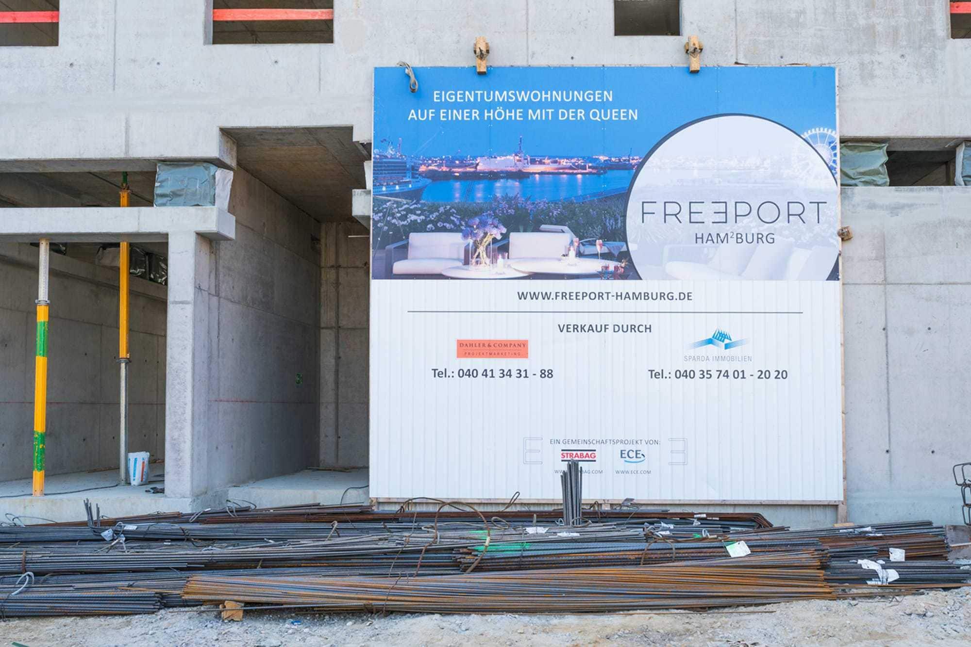 Bauschild in der Hamburger Hafencity aus Aludibondplatten
