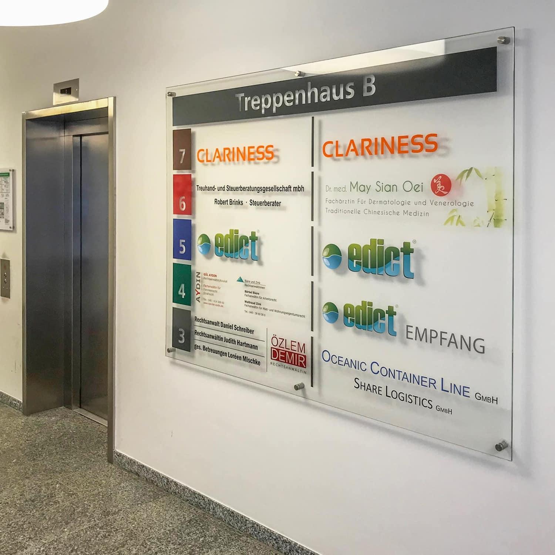 Hinweisschild aus ESG-Glas mit Beschriftungen aus Folie und Digitaldrucken