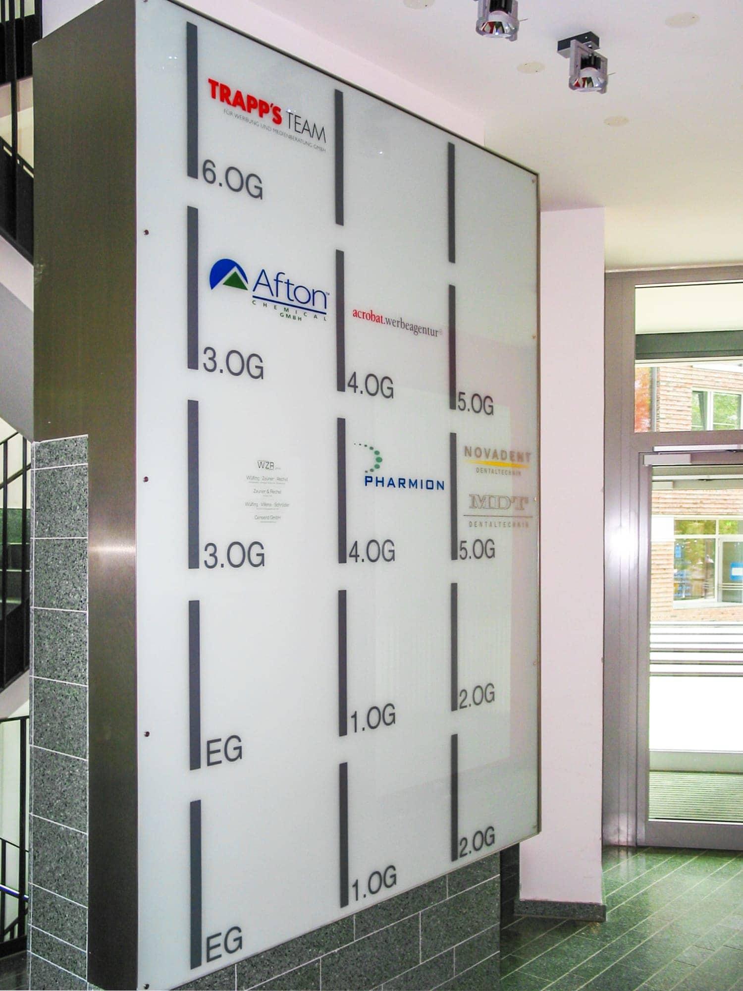 Haustafeln mit ESG-Glas in einem Leuchttransparent mit ESG-Glasscheibe