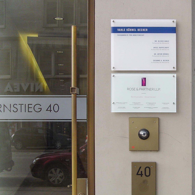 Glasscheiben montiert mit Edelstahl-Abstandhaltern montiert an einem Hamburger Bürohaus