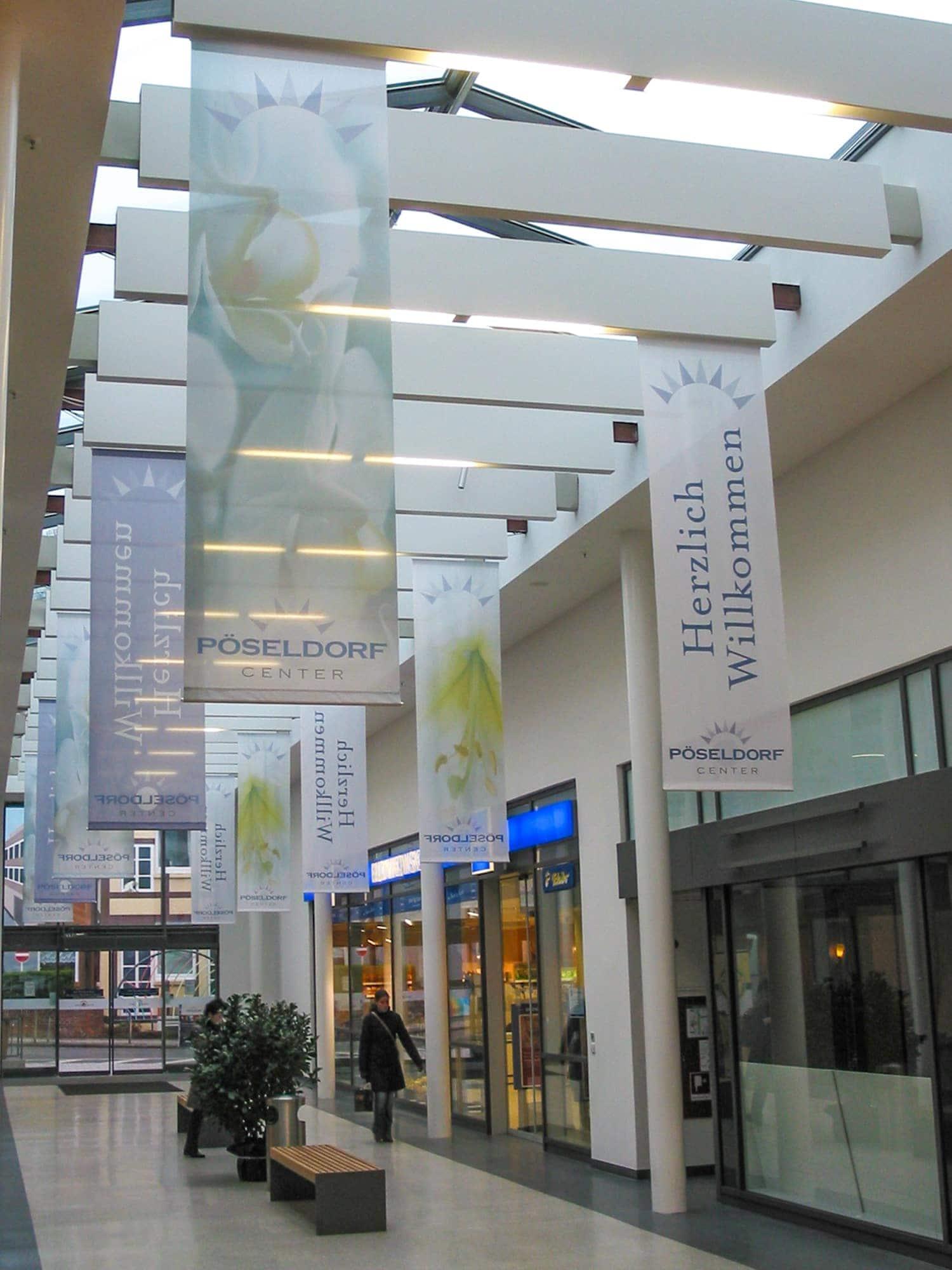 Von der Decke abgehängte Fahnendrucke auf Seidenstoff für das Pöseldorf-Center