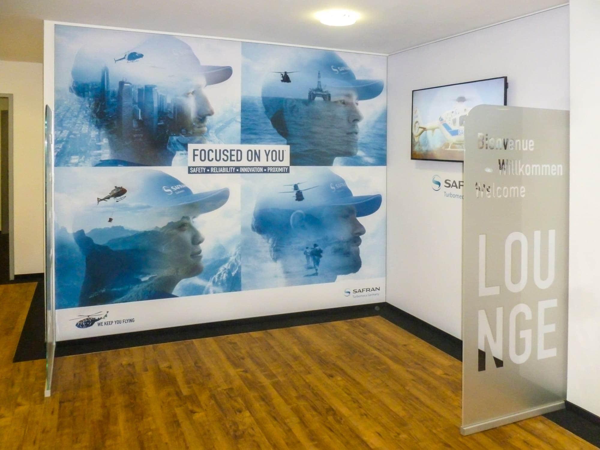 Wandverkleidung mit einem Spanntuchbild in einem Hamburger Büro