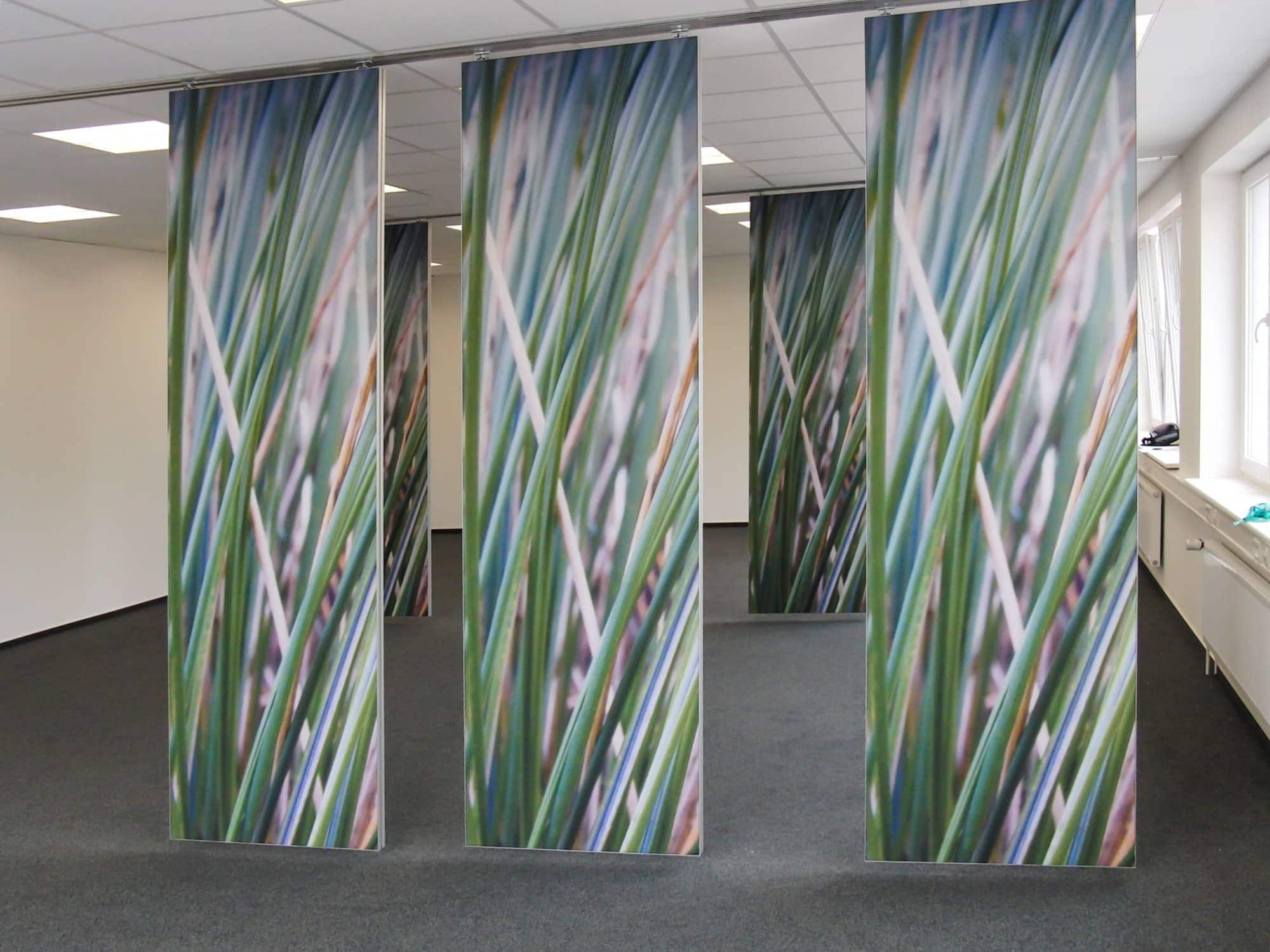 Raumteiler für ein Hamburger Büro mit von der Decke abgehängten Raumteilern