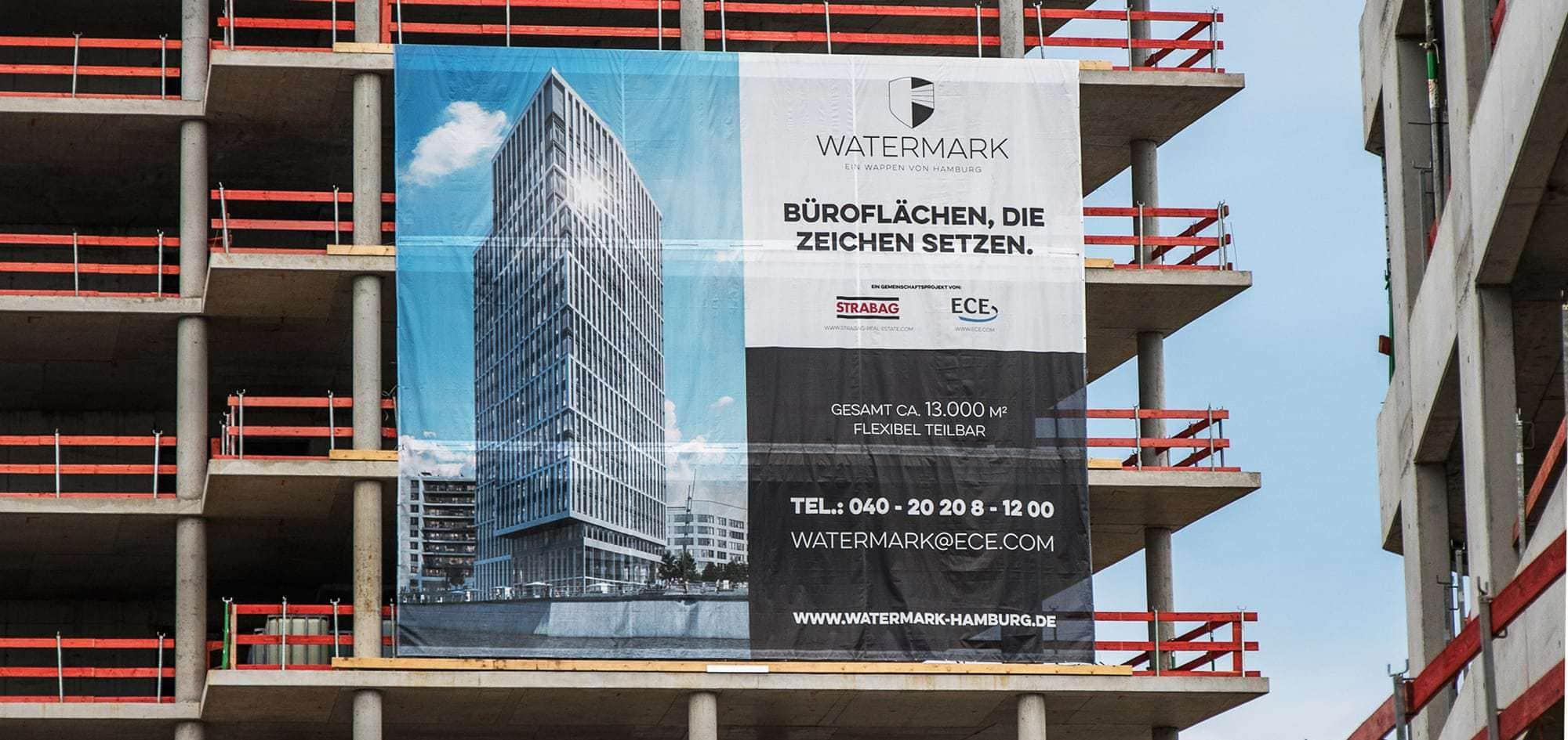 Das Foto zeigt eine Netzvinyl-Plane oder auch Messe-Plane. Sie ist an einem Gebäude in der Hamburger Hafencity befestigt