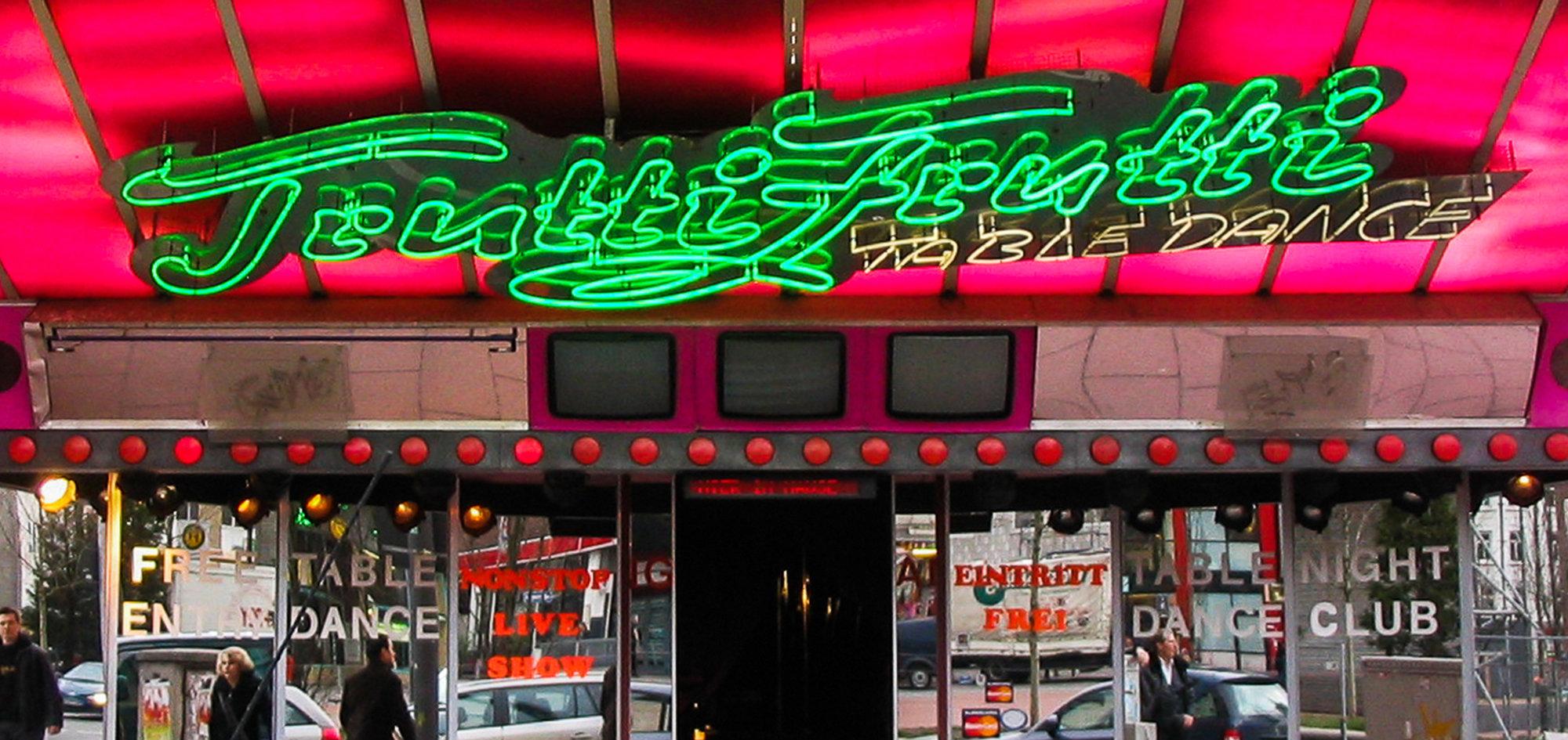 Das Foto zeigt eine alte Neon Werbung auf der Reeperbahn in Hamburg. Vom Tabledance Tutti Frutti