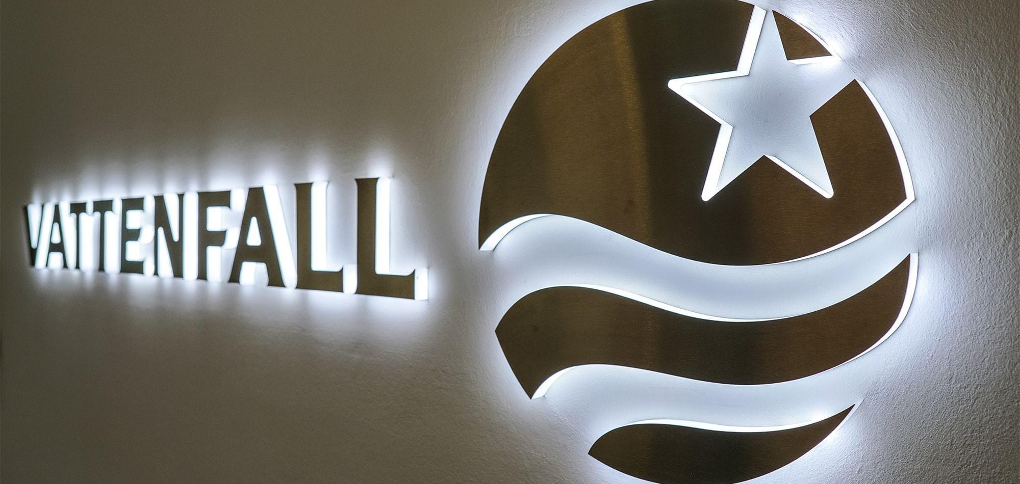 Das Foto zeigt LED Einzelbuchstaben für das Unternehmen Vattenfall. Vollplexi LED Buchstaben mit Edelstahl beklebt