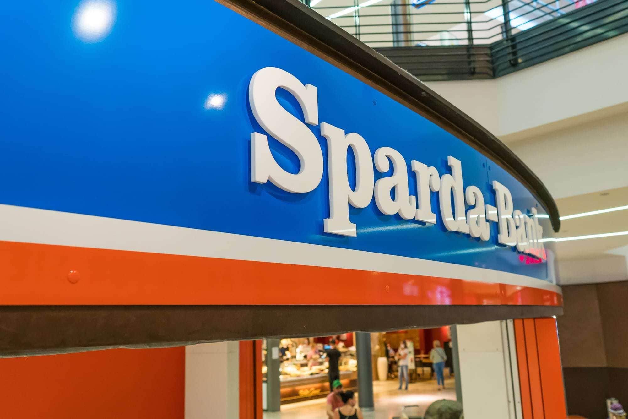 Beschilderung für die Sparta-Bank. Buchstaben aus Plexiglas wurden vor eine Blende aus Alu-Dibond montiert