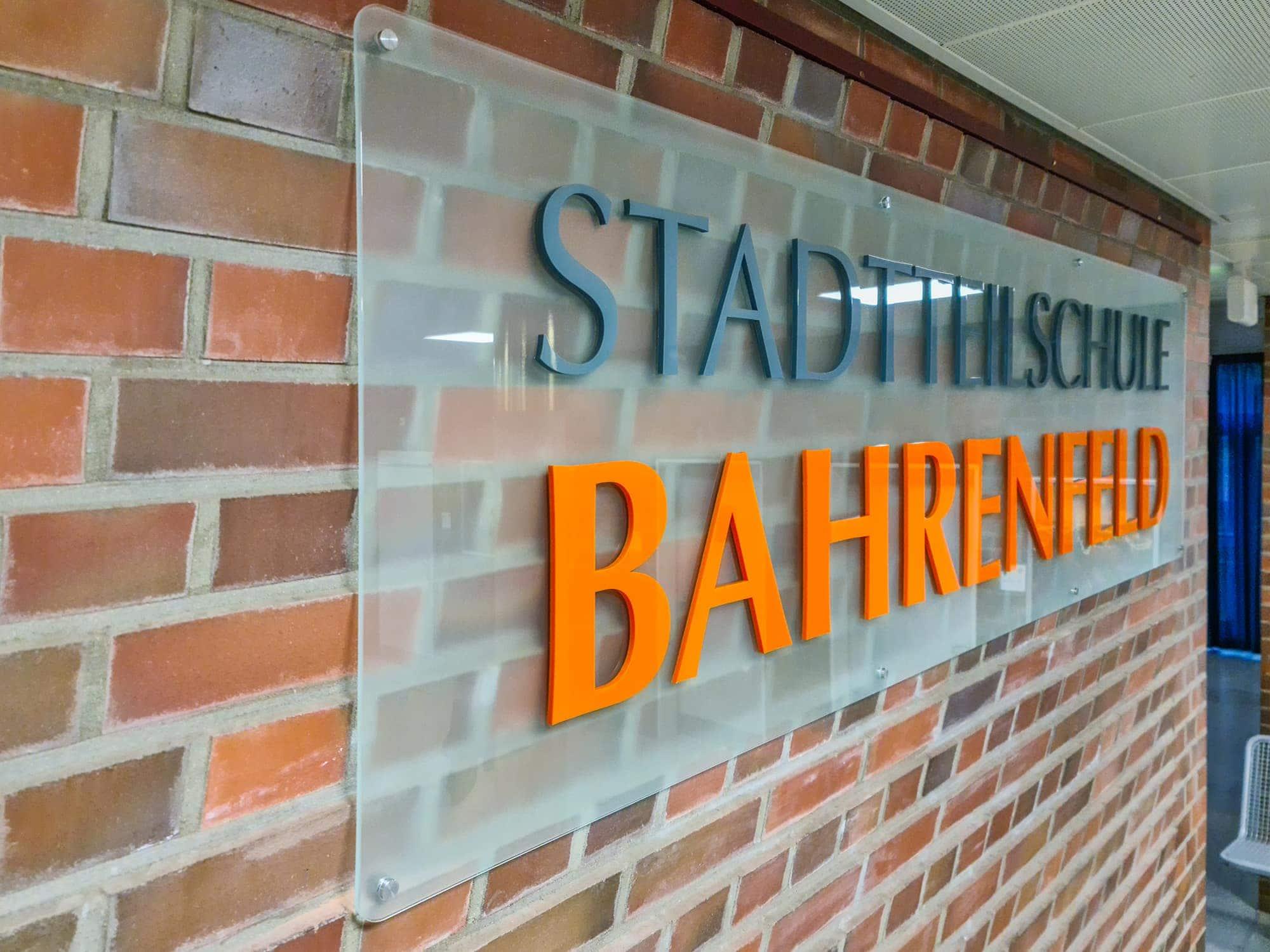 ESG-Glasscheibe für dieStadtteilschule Bahrenfeld mit aufgeklebten Acrylbuchstaben
