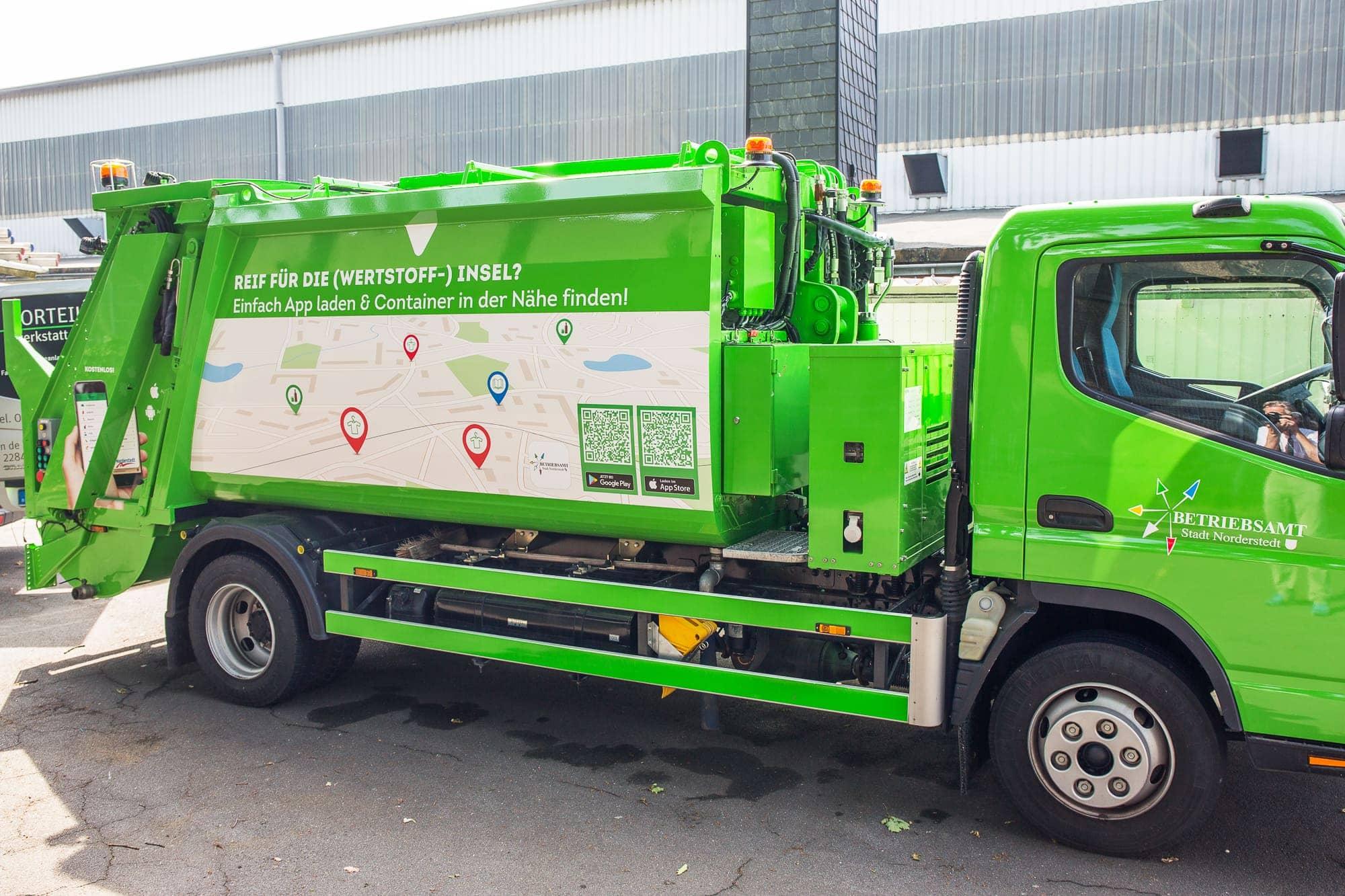 Foto von einem Müllfahrzeug mit Folienbeschirftung und Digitaldrucken