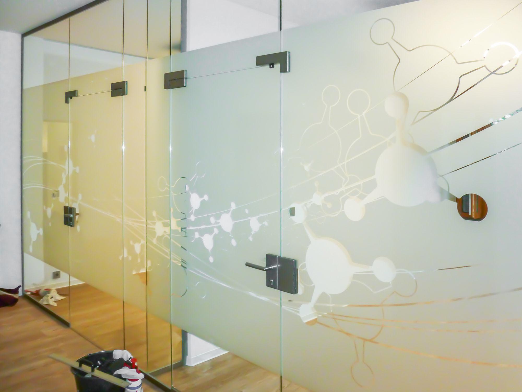 Das Foto zeigt eine Glastrennwand auf der Glasdekorfolien mit Muster verklebt wurden.