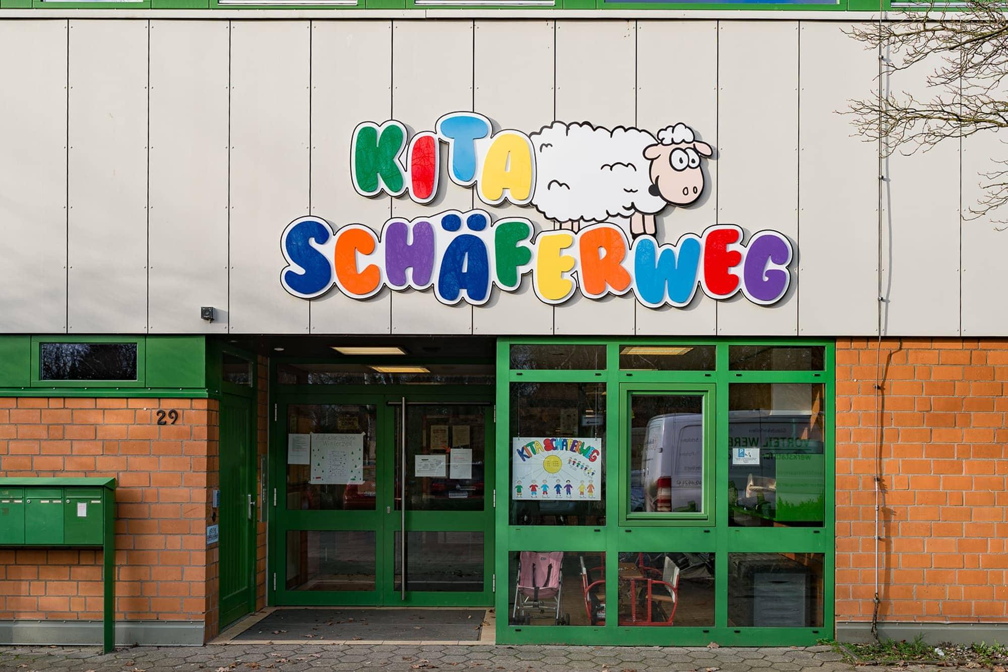 Aussenwerbung für eine Kita in Hamburg. Acrylbuchstaben auf 10mm Forex weiss verklebt. Montage an die Hausfassade.
