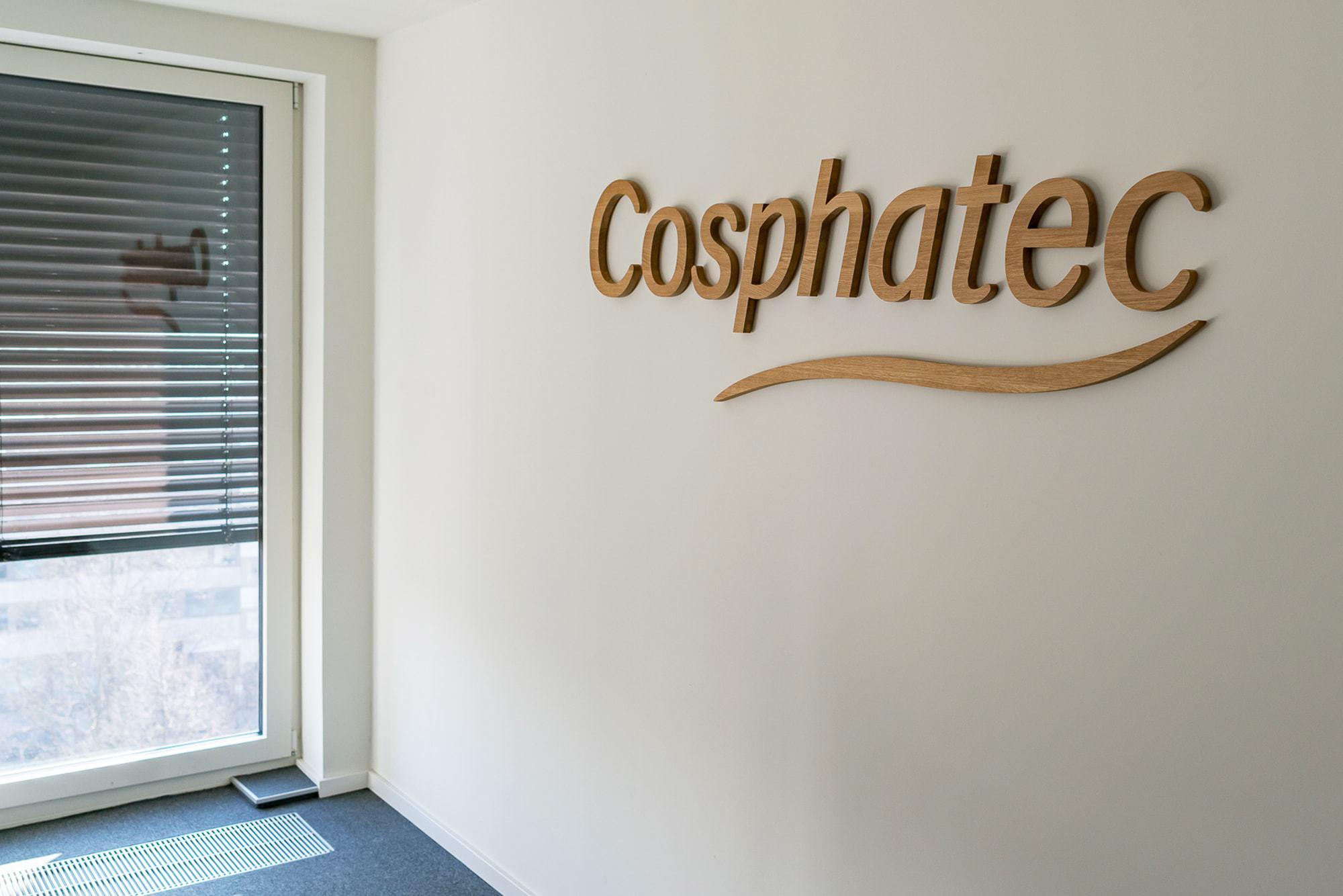 Auf diesem Foto zeigen wir ein Firmenlogo aus 3D Holzbuchstaben. Sie wurden aus 19mm Eiche Vollholz gefräst.