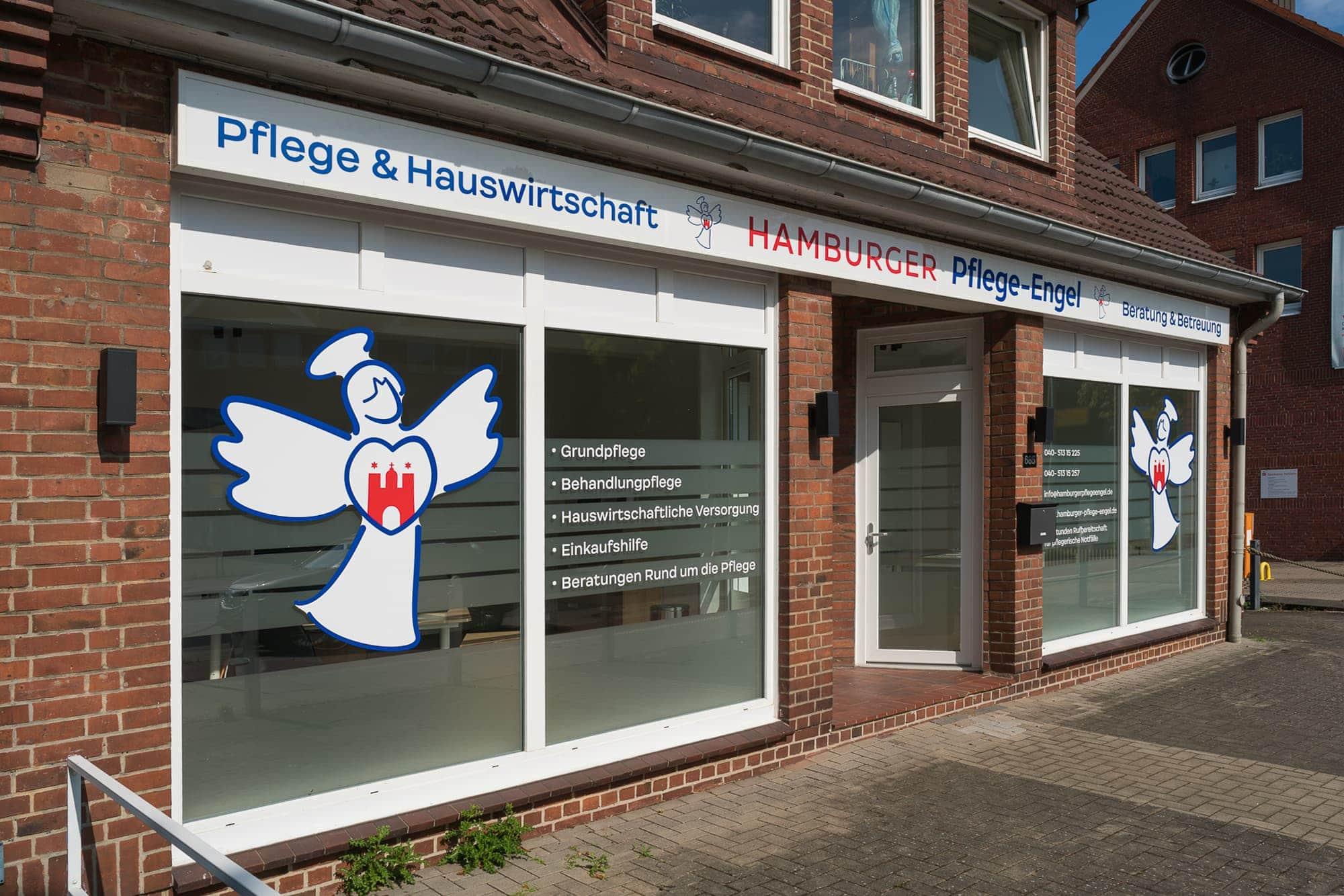 Das Foto zeigt eine Außenwerbung für ein Hamburger Pflege Unternehmen. Leuchttransparent in Verbindung mit Schaufensterbeschriftung