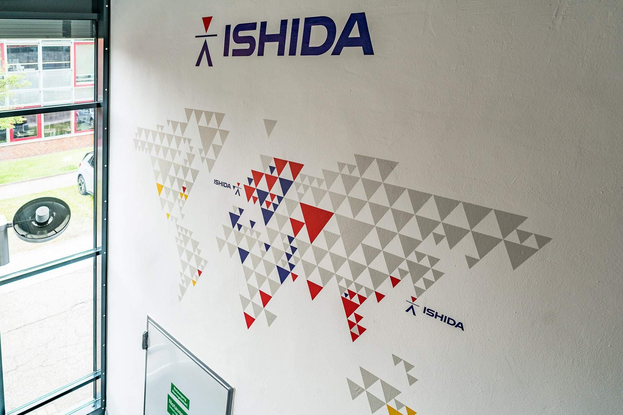 Das Foto zeigt dir eine Wandbeschriftung mit speziellen Wall-Art Folien. Mehrg´farbifer Digitaldruck in Kontur geschnitten nach Wunsch des Kunden.